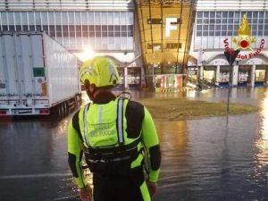 Nubifragio a Malpensa: scalo chiuso per due ore. Dieci persone salvate dalle auto